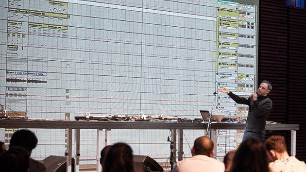 Max Donato dando una charla en Artlab @ CCK