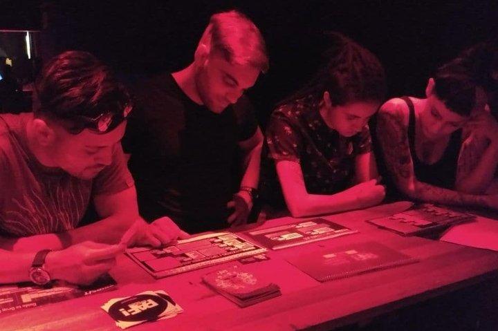 Clubbers miran informacion en el stand de PAF